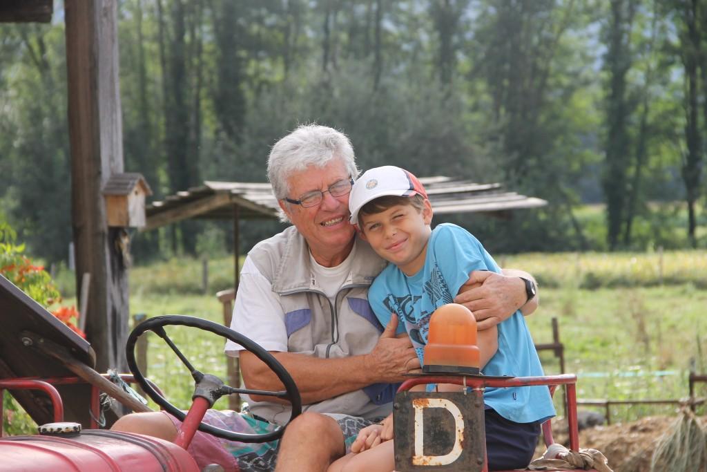 Ferme d'Antan Grand père et petit fils